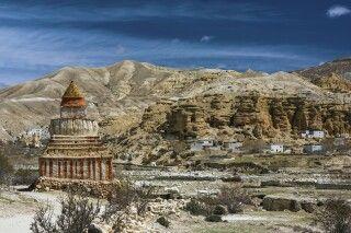 Erosionslandschaft und Wohnhäuser von Garphu im oberen Mustang