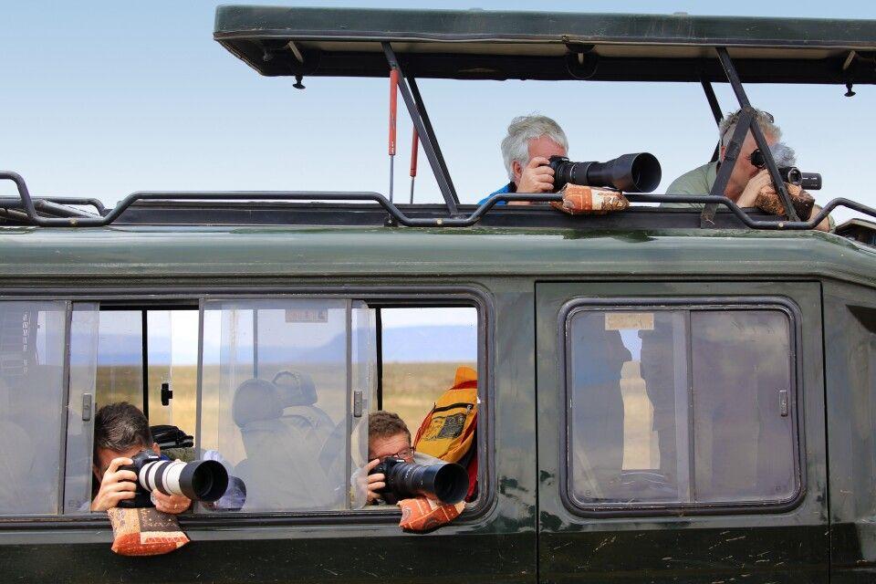 Ideale Voraussetzungen auf einer Fotoreise: Genügend Platz im Fahrzeug, Bohnensäcke für jeden Reisegast, üppig viel Zeit zum gezielten Beobachten von Fotomotiven und Szenen. Bei Den Tansania-Fotoreisen steht genau das im Mittelpunkt. Mehrere Tage in Mitte