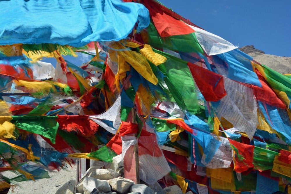Gebetsfahnen am Base Camp vom Mount Everest