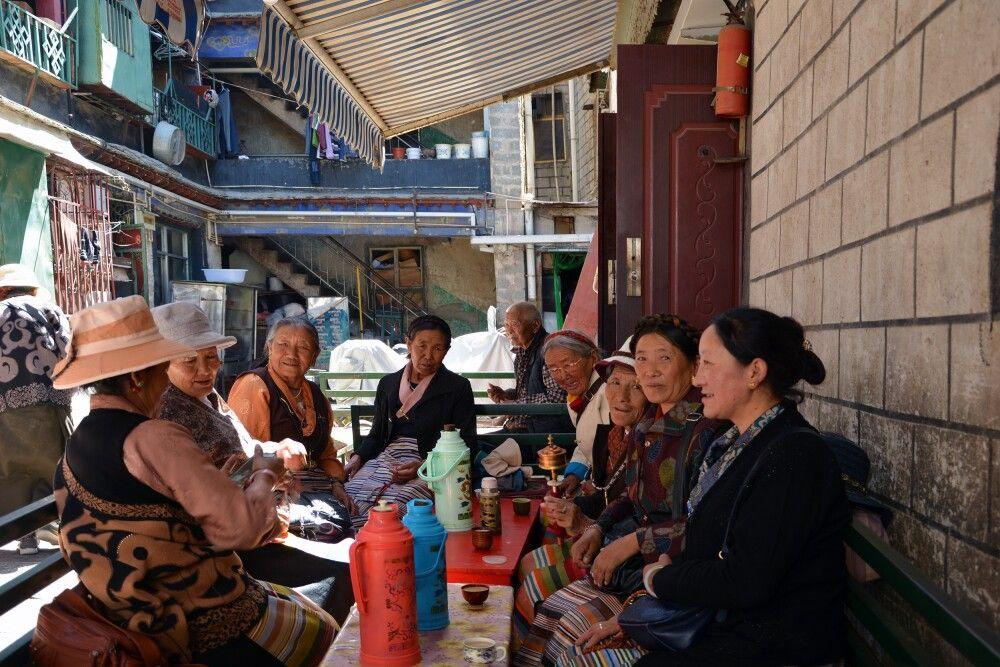 Frauen in Lhasa bei Buttertee