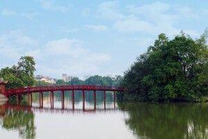 The-Huc-Brücke im Morgenlicht am Hoan-Kiem-See in Hanoi