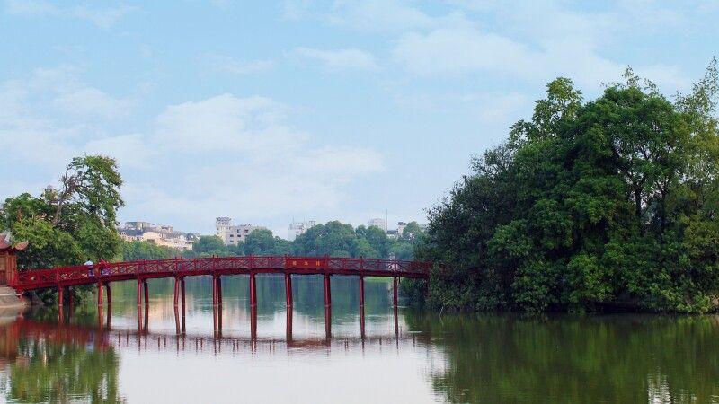 The-Huc-Brücke im Morgenlicht am Hoan-Kiem-See in Hanoi © Diamir