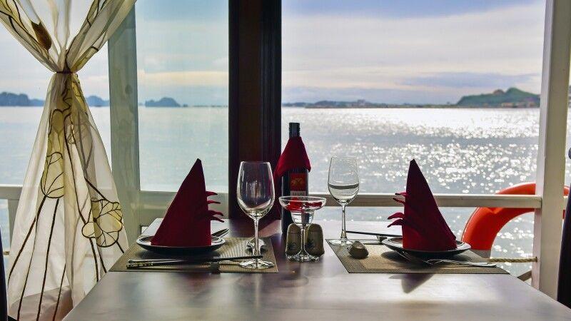 Blick auf die Halongbucht aus dem Speisesaal einer Dschunke von La Fairy Sails  © Diamir