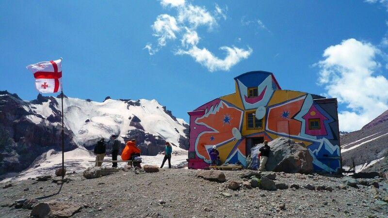 Die Betlemi-Hütte am Kasbek dient als Basislager. © Diamir