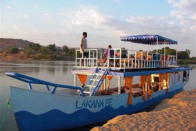 Ausflugsschiff am Flussufer