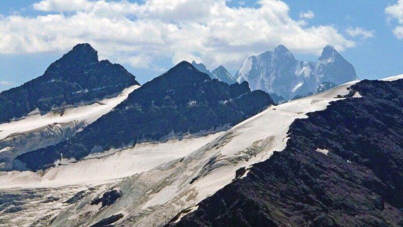 Hinter den Gipfeln der Kugatai sieht man die Ushba. © Diamir