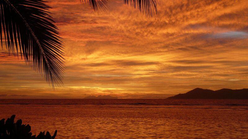 Ein wunderschöne Sonneuntergang über dem Indizscher Ozean von der Insel La Digue © Diamir
