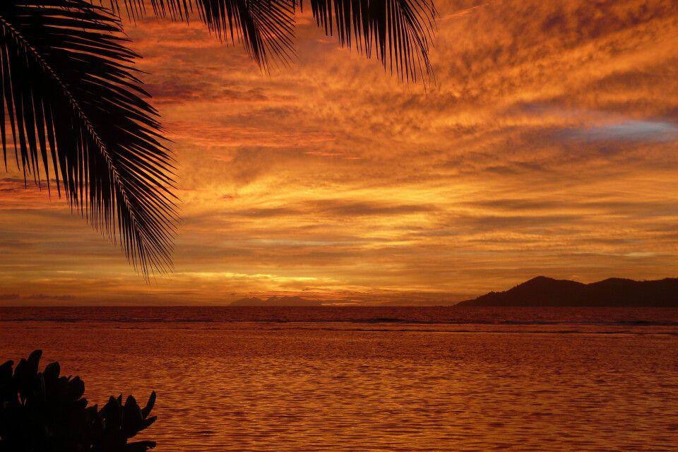 Ein wunderschöne Sonneuntergang über dem Indizscher Ozean von der Insel La Digue