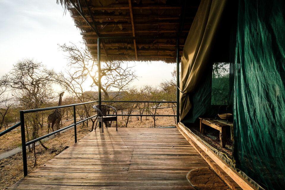 Die Terrasse von einem Hauszelt von dem Ngorongoro Wildcamp