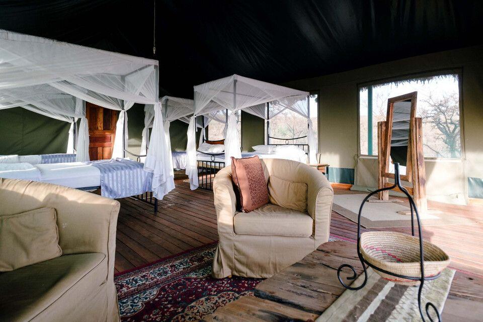 Ein Schlafzimmer aus einem Hauszelt von dem Ngorongoro Wildcamp