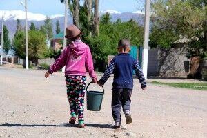Kinder im kirgisischen Dorf