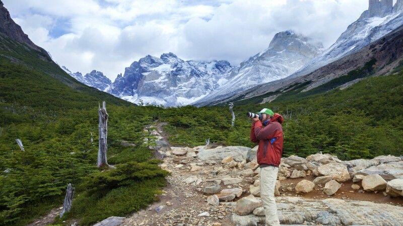 Ein Fotograf im Französischen Tal, Nationalpark Torres del Paine © Diamir