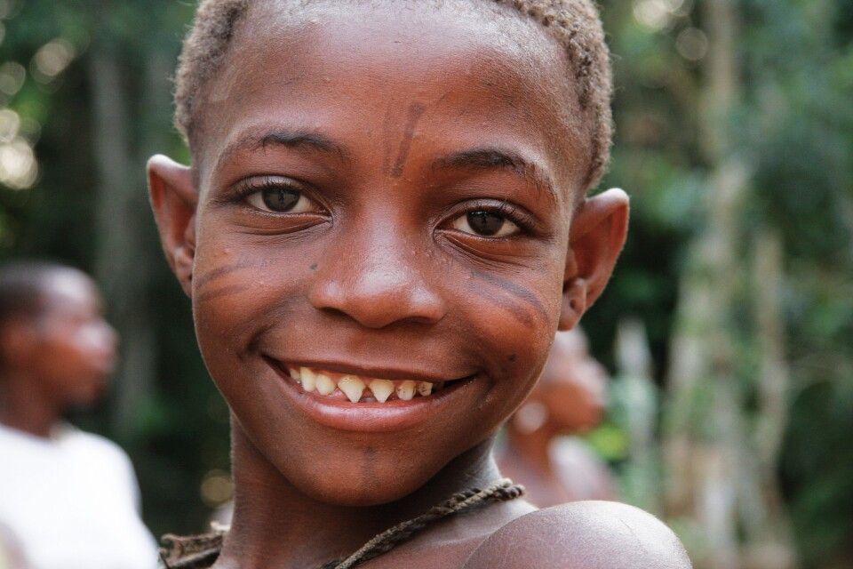 BaAka-Junge mit angefeilten Zähnen