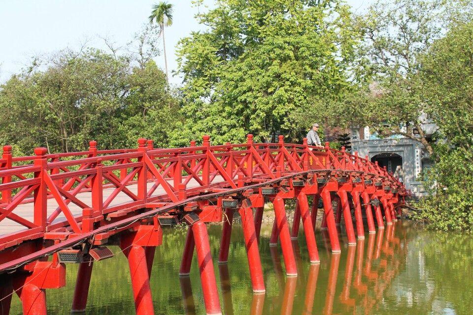 Die grellrote Brücke am Hoan-Kiem-See