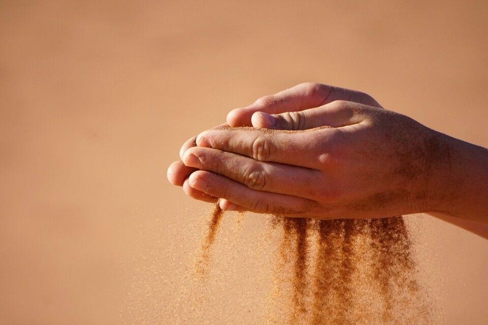 eines der Wahrzeichen Namibias: feiner Wüstensand