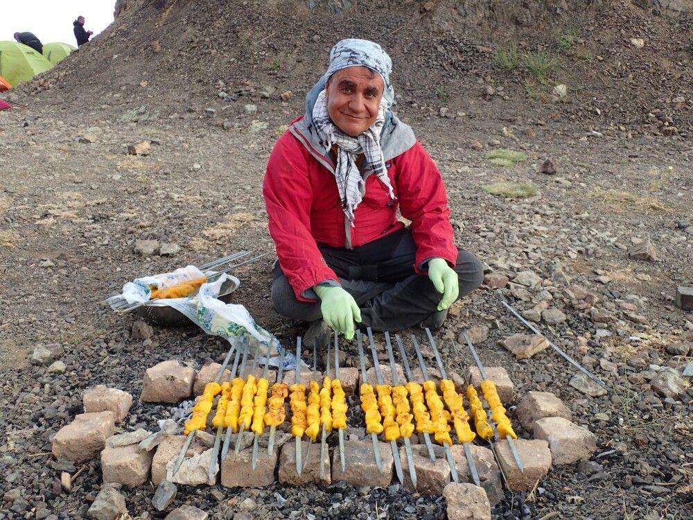Bergführer Reza überrascht noch mit ganz anderen Talenten!