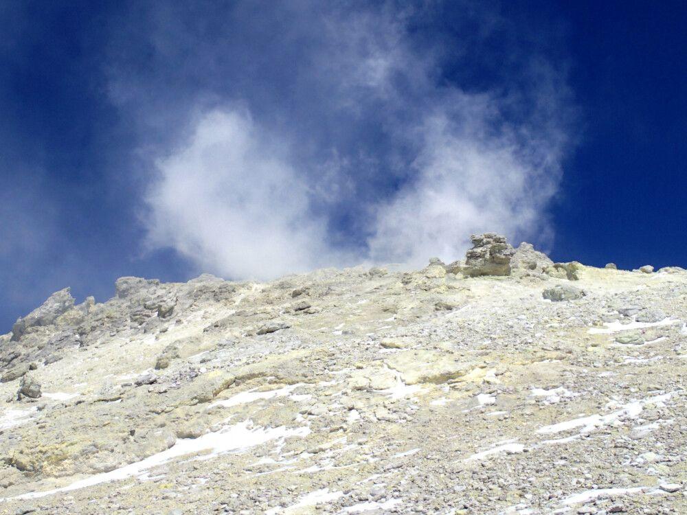 Der Damavand ist ein aktiver Vulkan und häufig ziehen Schwefeldämpfe über den Gipfel.