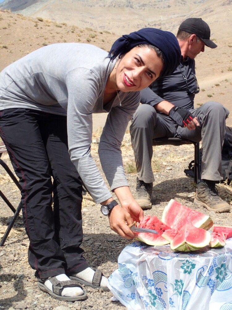 Die lokale Reiseleiterin Leila kümmert hervorragend um alle Bergsteiger.