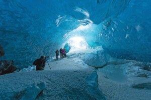 Einblick in eine Eishöhle
