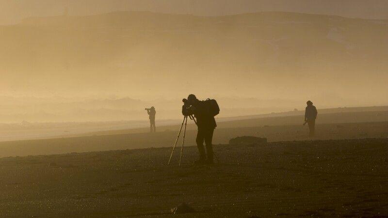 Fotograf in goldenem Licht © Diamir