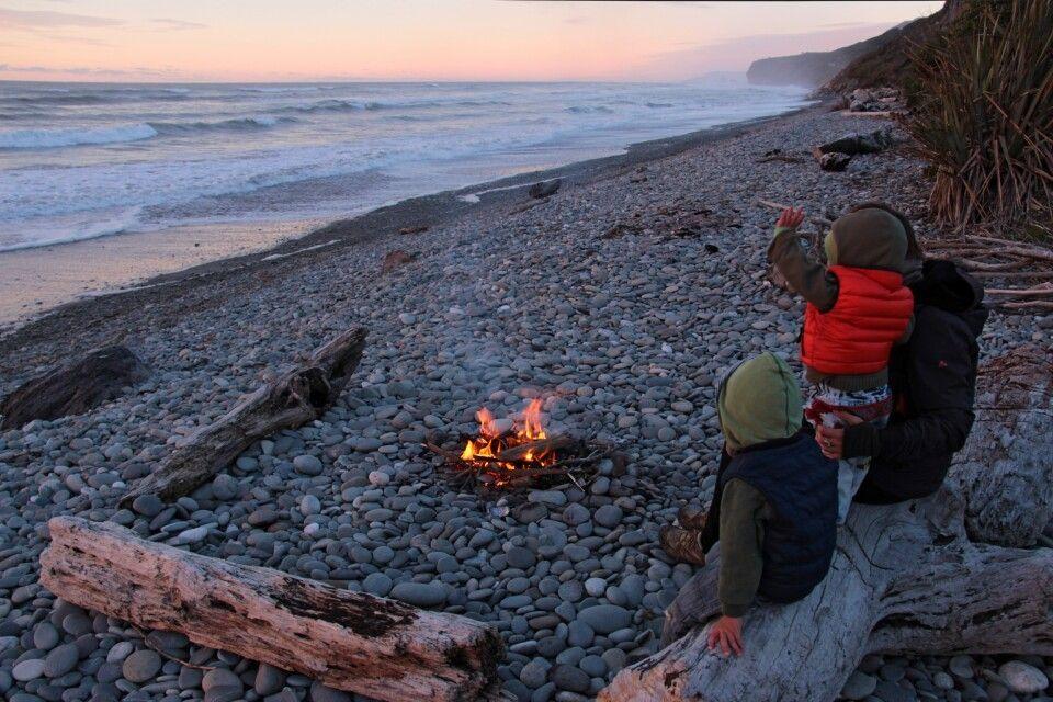 Lagerfeuer am Strand der rauhen Westküste der Südinsel