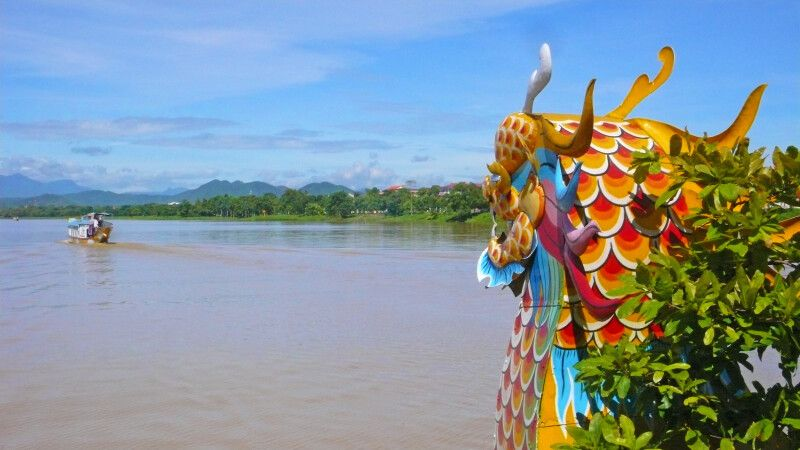 Drachenboot auf dem Parfümfluss in Hue © Diamir