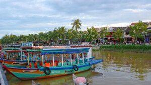 Fluss in der Mitte der malerischen Innenstadt von Hoi An