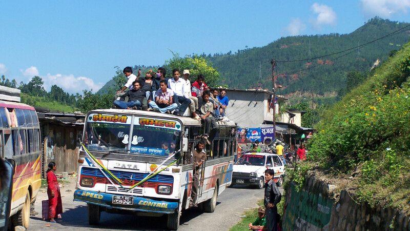 nepalesische Busfahrt © Diamir