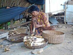Frau bei der Herstellung von Reiskuchen