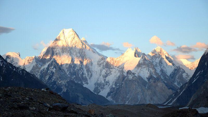 Die Abendsonne taucht die Gasherbrum-Gruppe in ein besonders schönes Licht. © Diamir