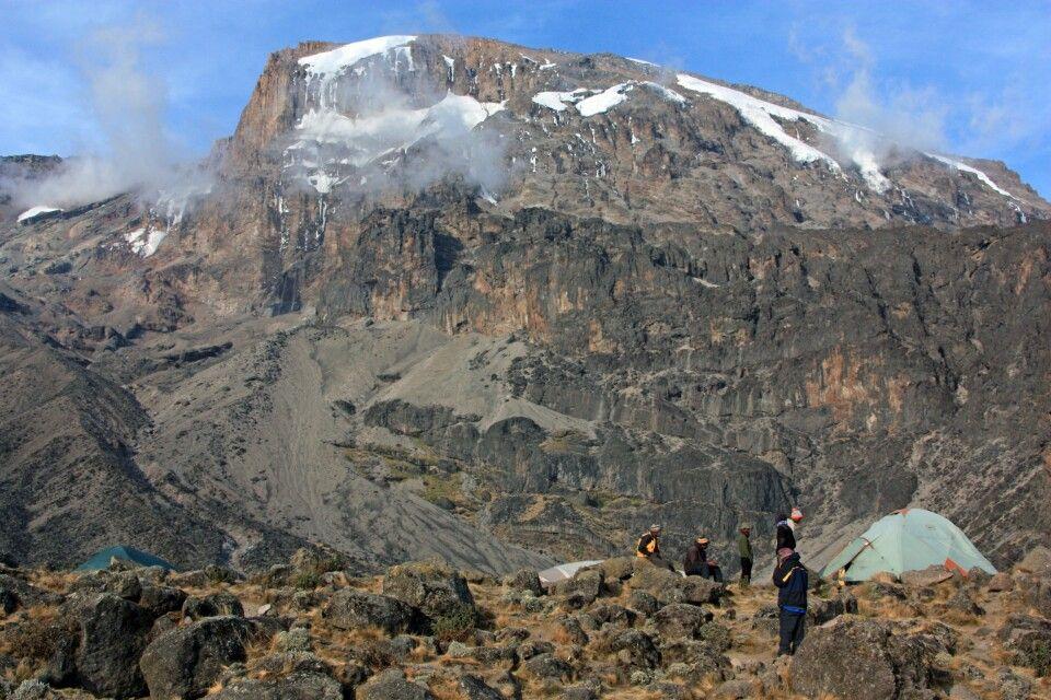 Unser Zeltplatz liegt unmittelbar am Fuß den Kilimanjaro, den wir am übernächsten Tag besteigen.