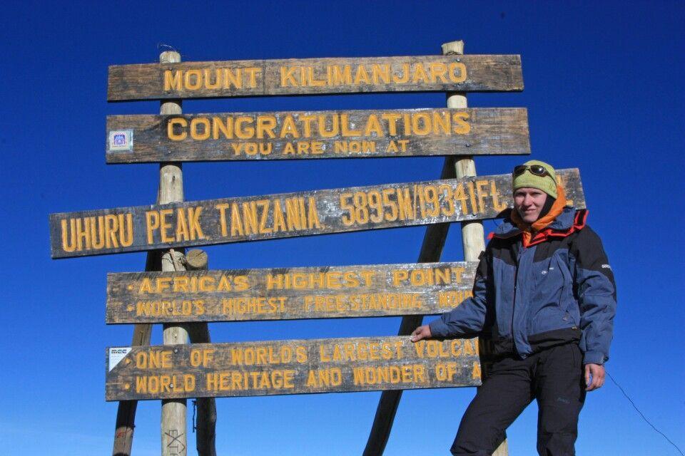 Geschafft! Reiseleiterin Marianne Nimsch am Uhuru Peak, dem höchsten Punkt Afrikas.
