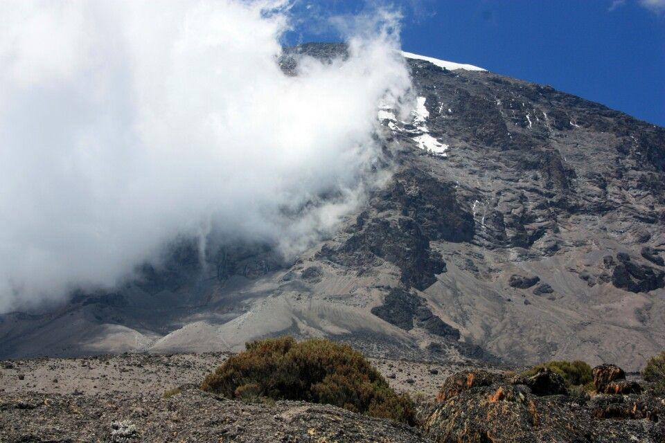 Unser Gipfel versteckt sich noch in den Wolken!