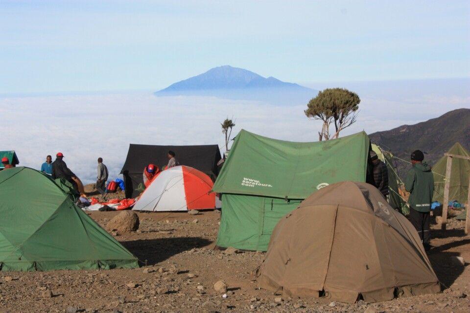Am Morgen haben wir einen herrlichen Blick vom Shira-Plateau auf den Mount Meru.