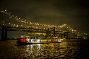 Creole Queen bei Nacht in New Orleans