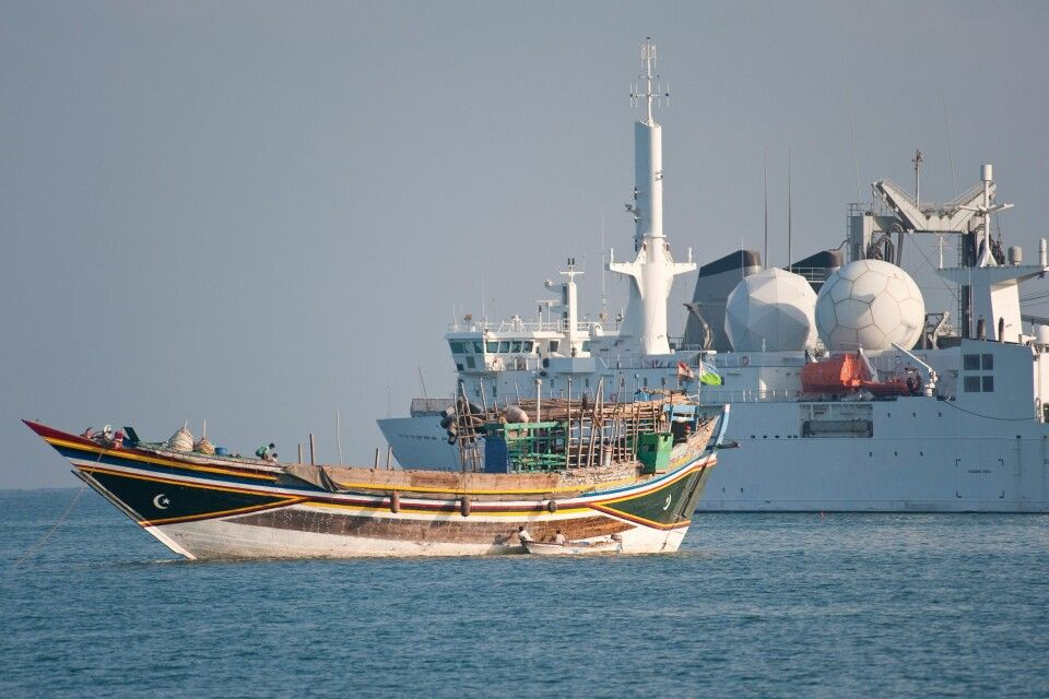 Dhau vor Kriegsschiff in Djibouti Stadt