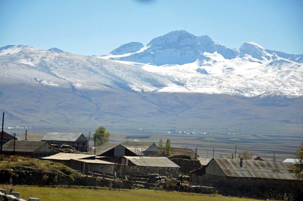 Blick zum Aragats mit jessidischem Dorf