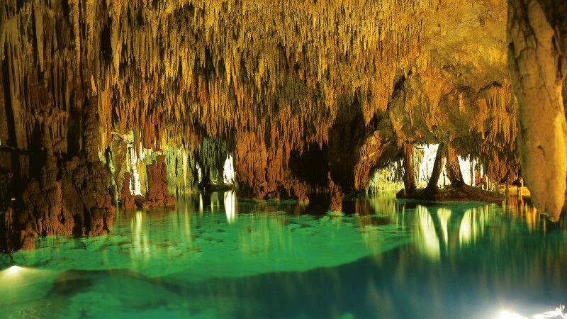 Zauberhaftes Farbenspiel in einer Cenote © Diamir
