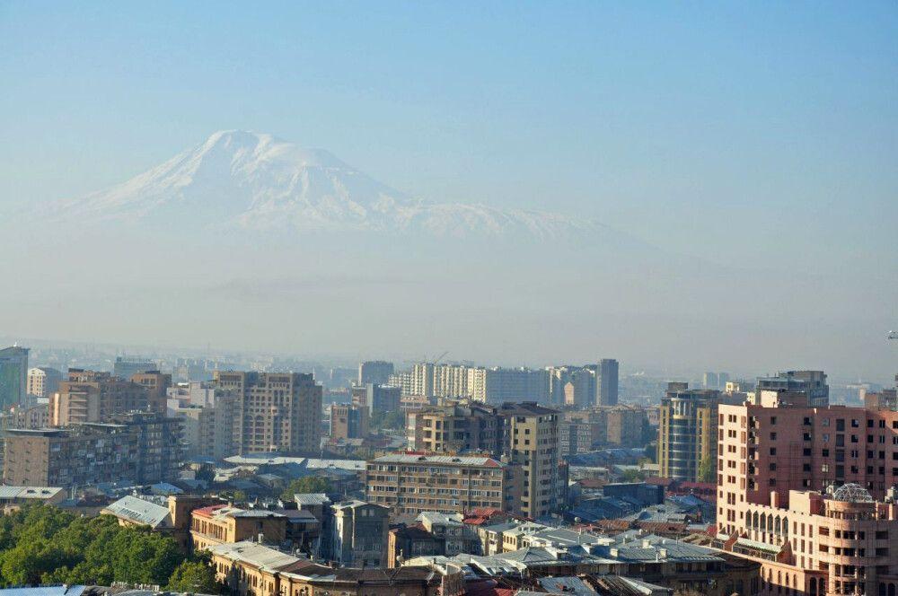 Blick über Jerewan bis hin zum Berg Ararat