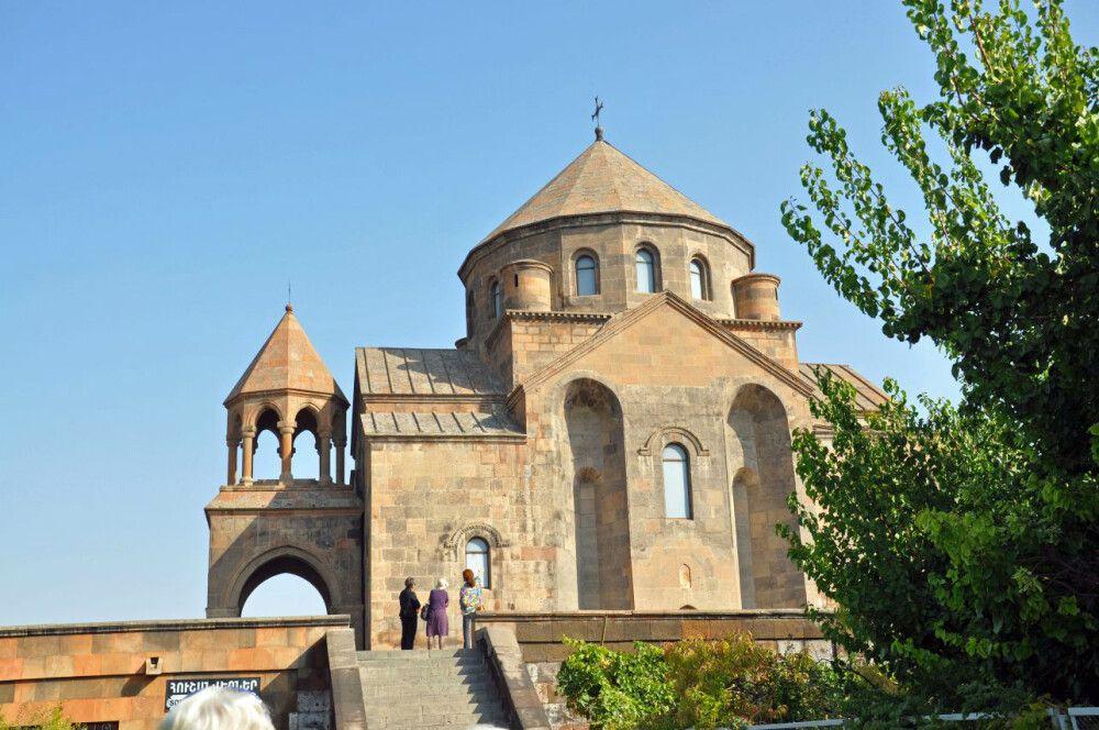 Auf dem Wege nach Echmiadzin_Kirche der Hripsime