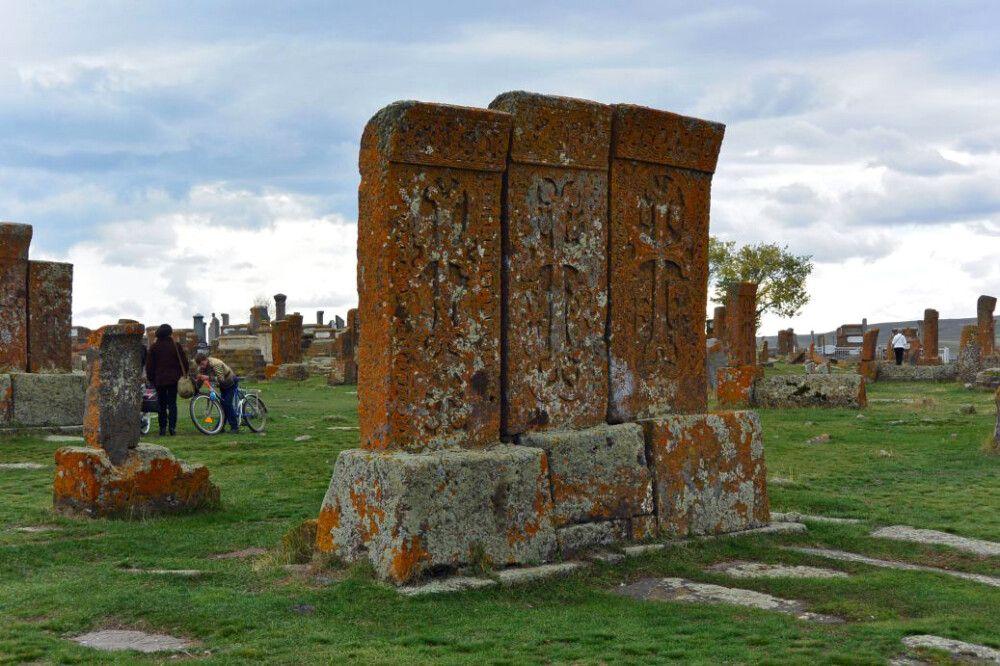 Kreuzsteine auf dem Friedhof am Sewan-See