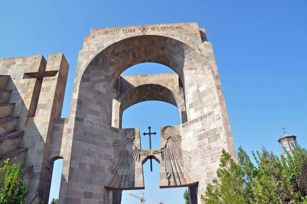 Der Eingang zur Hauptkathedrale in Echmiadzin
