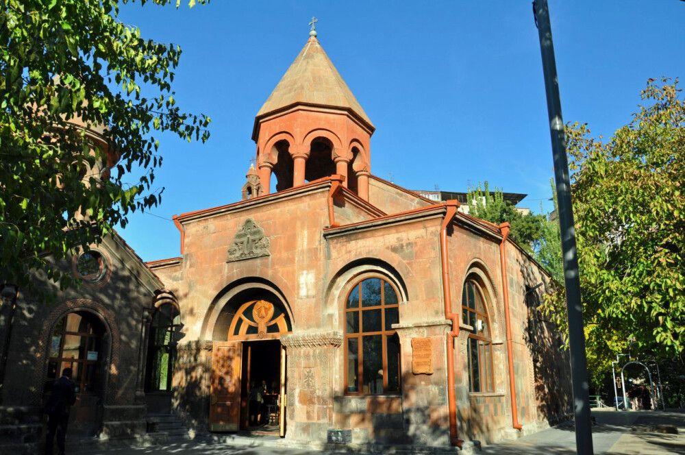 Kleine Kirche hinterm Hotel Royal Plaza in Jerewan