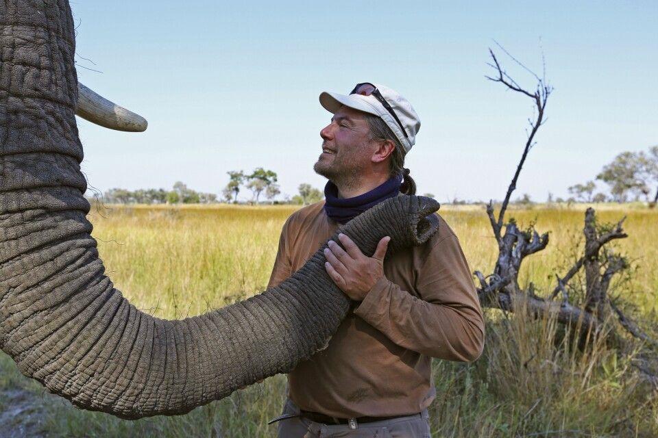 Jörg Ehrlich auf Tuchfühlung mit einem Elefanten in Botswana.