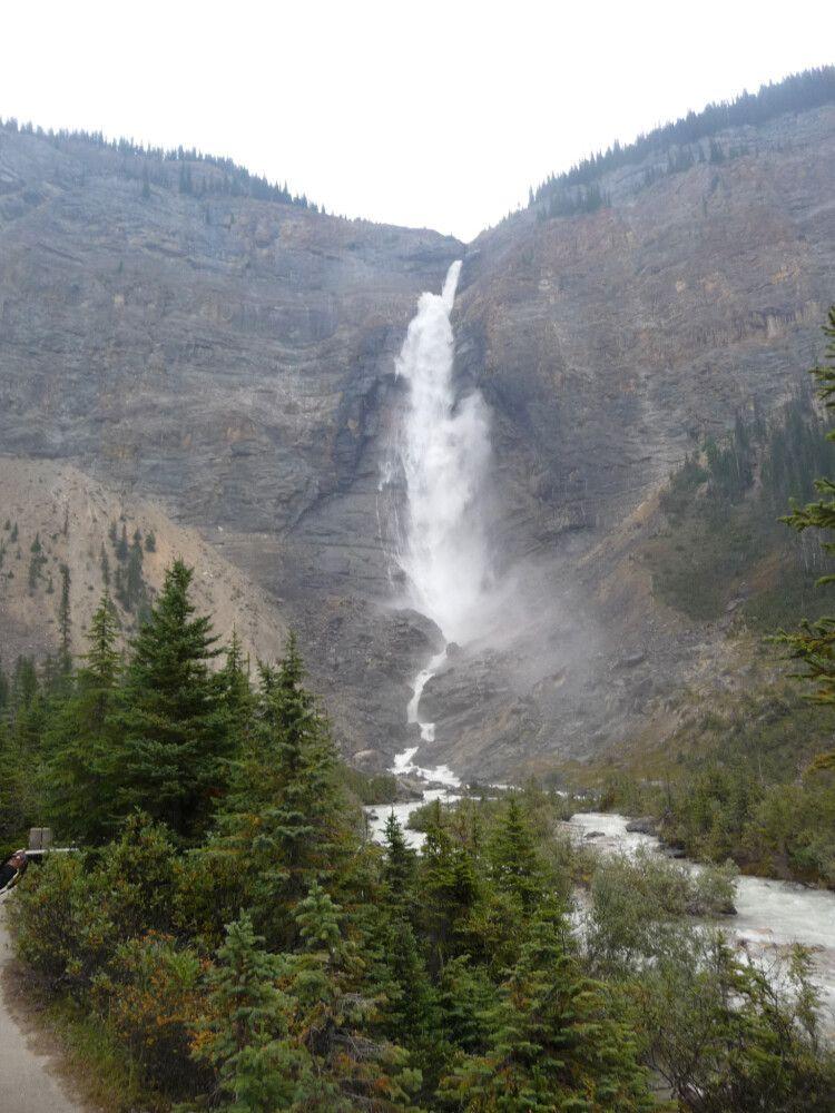 Die Takakkaw Falls am Kicking Horse River