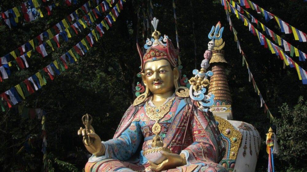 NEPKON_20161104_4CFE_Buddhafigur-am-Fuß-des-Affentempels-in-Kathmandu.jpg