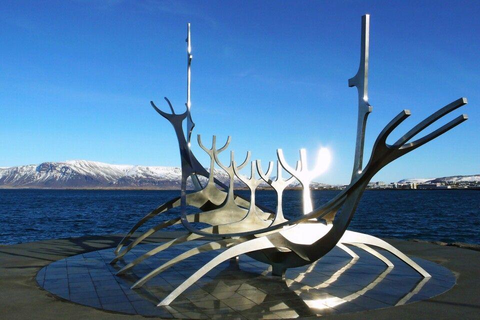 Das stilisierte Wikingerschiff am Fjord ist mindestens genauso berühmt wie die Hallgrimskirche
