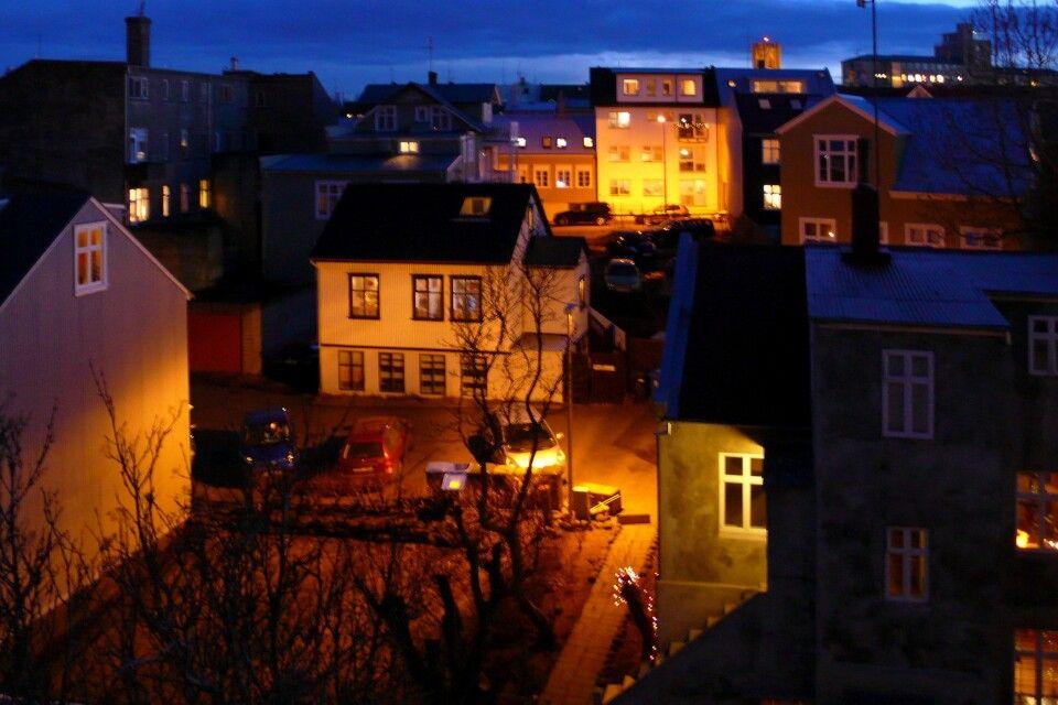 Blick auf das nächtliche Reykjavík – wenn es dunkel wird, sollte man Ausschau nach Nordlichtern halten