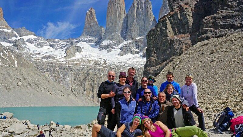 Gruppenfoto vor den Granittürmen im Nationalpark Torres del Paine © Diamir