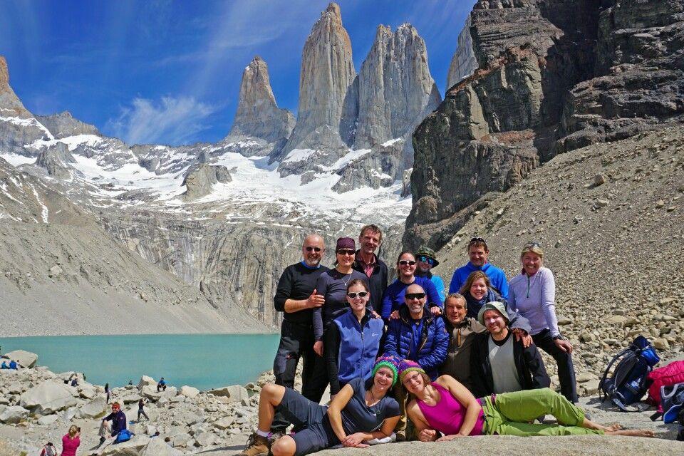 Gruppenfoto vor den Granittürmen im Nationalpark Torres del Paine